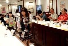 En la foto de archivo, camareras atienden a clientes en el café AKB4B en Tokio el 5 de junio de 2012. La actividad del sector de servicios de Japón se expandió levemente en julio, debido a que las compañías saldaron sus pedidos atrasados y porque las nuevas órdenes mostraron señales de estabilización luego de un fuerte descenso en junio, mostró el miércoles un sondeo privado. REUTERS/Kim Kyung-Hoon/File Photo