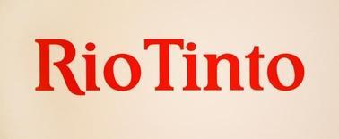 El logo de Rio Tinto frente a un panel durante una conferencia de prensa en Sídney.  29 de noviembre de 2012. La minera Rio Tinto reportó el miércoles un derrumbe del 47 por ciento en sus ganancias en la primera mitad del año, a un mínimo en 12 años, aunque sorprendió al mercado con un dividendo mayor al esperado en momentos en que las condiciones generales siguen siendo difíciles. REUTERS/Tim Wimborne/File Photo
