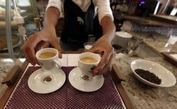 Un mesero sirve café a los clientes en una cafetería en Sao Paulo, Brasil. 8 de febrero de 2011. El aumento de la demanda de servicios de hotelería y restaurantes antes de los Juegos Olímpicos ayudó a reducir la baja del sector de servicios de Brasil en julio, mostró un sondeo privado publicado el miércoles. REUTERS/Nacho Doce
