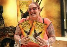 Uma mulher segura copias do livro Harry Porter e a Criança Amaldiçoada partes 1 e 2 em livraria em Londres 31/07/ 2016. REUTERS/Neil Hall