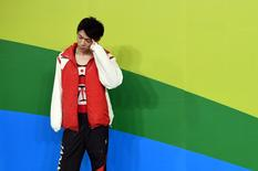 Juegos Olímpicos de Río 2016 - Arena Olímpica de Río - Río de Janeiro, Brasil - 03/08/2016. Kohei Uchimura de Japón participa de una sesión de entrenamiento. El intento de Kohei Uchimura por convertirse en el primer gimnasta en más de 40 años en ganar sucesivamente el oro olímpico del concurso individual múltiple comenzó con un costoso error, debido a que su adicción al juego Pokemon Go le dejó una factura telefónica de casi 5.000 dólares. REUTERS/Dylan Martinez SÓLO DISPONIBLE PARA USO EDITORIAL. NO DISPONIBLE PARA LA VENTA PARA CAMPAÑAS DE MÁRKETING O PUBLICIDAD.