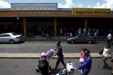 Le gouvernement cubain a annoncé mercredi avoir choisi les entreprises françaises Bouygues et Aéroports de Paris pour moderniser et assurer l'exploitation de l'aéroport Jose Marti International de La Havane. /Photo d'archives/REUTERS/Carlos Garcia Rawlins