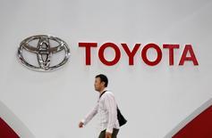 Toyota Motor a fait état jeudi d'un recul, moins prononcé que prévu, de 15% de son résultat opérationnel du premier trimestre de l'exercice 2016-2017, le premier constructeur automobile japonais ayant pâti sur la période de la vigueur du yen. /Photo d'archives/REUTERS/Toru Hanai