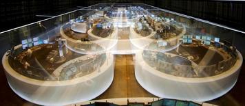 Les Bourses européennes restent orientés en hausse jeudi à mi-séance, portées par le rebond des bancaires et la bonne tenu du secteur industriel après les résultats de grands noms de la cote comme BIC et Siemens. /Photo d'archives/REUTERS/Kai Pfaffenbach