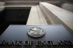 El Banco de Inglaterra recortó el jueves su tipo de interés de referencia por primera vez desde 2009 y dijo que compraría 60.000 millones de libras en deuda pública para amortiguar el golpe del voto del pasado 23 de junio en el que los británicos votaron por abandonar la Unión Europea. En la imagen, un cartel en un edificio del Banco de Inglaterra en Londres, el 4 de agosto de 2016.   REUTERS/Neil Hall