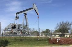 Una unidad de bombeo de crudo en Velma, EEUU, abr 7, 2016. Los precios del petróleo caían el jueves tras su avance inicial en la sesión y en la rueda previa, presionados por la sobreproducción y los grandes volúmenes de crudo no vendido, además de los abundantes productos refinados a nivel global.  REUTERS/Luc Cohen