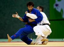 Judoca russo Beslan Mudranov (esquerda) durante competição no Azerbaijão.     25/06/2015  REUTERS/Kai Pfaffenbach
