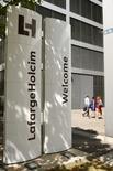 LafargeHolcim a conclu un accord pour vendre sa participation de 65% dans sa filiale au Vietnam au groupe thaïlandais Siam City Cement. Le numéro un mondial du ciment indique dans un communiqué que l'accord valorise cette filiale à 867 millions de francs suisses (environ 799 millions d'euros) pour 100% du capital, soit 563,55 millions de francs (519,8 millions d'euros) pour les 65%. /Photo d'archives/REUTERS/Arnd Wiegmann