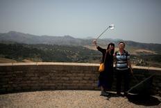 Los turistas internacionales gastaron en España en junio 7.871 millones de euros, lo que supone un incremento interanual del 12,7 por ciento, según una encuesta del Instituto Nacional de Estadística (INE) publicada el viernes que demostró el gran momento de bonanza en el sector turístico del país. En la imagen, dos turistas asiáticos se hacen un selfie durante una visita a Ronda, el 8 de junio de 2016. REUTERS/Jon Nazca