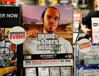 """Реклама игры """"Grand Theft Auto Five"""" в магазине Game Stop в Энсинитасе 17 сентября 2013 года. Издатель видеоигр Take-Two Interactive Software Inc нарастил выручку на 13 процентов в первом квартале финансового года благодаря хорошим продажам """"Grand Theft Auto V"""" и """"NBA 2K16"""". REUTERS/Mike Blake"""