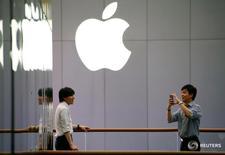 Люди у магазина Apple в Пекине 28 июля 2016 года. Apple Inc сообщила, что планирует выдавать вознаграждения на сумму до $200.000 экспертам, которые найдут серьезные бреши в системах защиты ее устройств. REUTERS/Thomas Peter