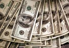 100-долларовые банкноты. Доллар повсеместно растет в ходе торгов пятницы после выхода данных о большем, чем ожидалось увеличении числа рабочих мест в США в июле, а также росте зарплат, что повышает вероятность подъема ставки ФРС в текущем году.   REUTERS/Rick Wilking/File Photo