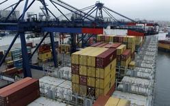 Contenedores para ser exportantes en el puerto del Callao en Perú. 8 de noviembre de 2011. Perú, un importante productor mundial de minerales, registró en junio un déficit comercial de 278 millones de dólares, debido a un incremento de las importaciones de insumos y bienes de capital, dijo el viernes el Banco Central. REUTERS/Mariana Bazo