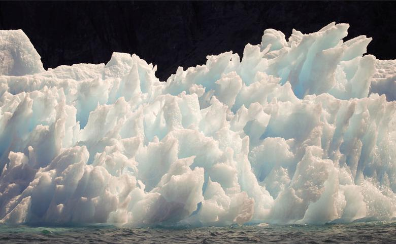 A large iceberg melts into jagged edges as it floats in Eriks Fjord near the town of Narsarsuaq in southern Greenland July 26, 2009. REUTERS/Bob Strong/File Photo