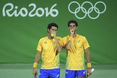 Tenistas brasileiros André Sá (D) e Thomaz Bellucci durante partida nos Jogos Olímpicos Rio 2016 07/08/2016 REUTERS/Toby Melville