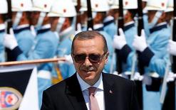 Президент Турции Тайип Эрдоган осматривает почетный караул в Анкаре. 5 августа 2016 года. Пока отношения Турции с Европой и США переживают не самый лучший период из-за разногласий после неудавшегося госпереворота, президент Тайип Эрдоган отправится во вторник в Россию на встречу с Владимиром Путиным, и эта поездка, как, возможно, надеется турецкий лидер, заставит Запад задуматься. REUTERS/Umit Bektas