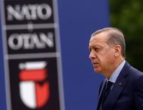 Президент Турции Тайип Эрдоган прибывает на саммит НАТО в Варшаве. Германия не считает, что потепление в отношениях Турции и России повлияет на роль Турции в НАТО, заявила официальный представитель МИД ФРГ Савсан Чебли в понедельник.  REUTERS/Kacper Pempel