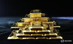 Слитки золота на заводе 'Oegussa' в Вене. 18 марта 2016 года. Золото в понедельник продолжило дешеветь, так как вышедшие в птяницу сильные данные о рынке труда в США повысили вероятность скорого увеличения процентных ставок ФРС. REUTERS/Leonhard Foeger