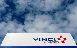El logo de Vinci en un cartel cerca de Bordeaux, Francia. 29 de abril de 2016. La empresa brasileña de infraestructura Invepar acordó vender dos subsidiarias en Perú al conglomerado francés de construcción e ingeniería Vinci SA por 4.550 millones de reales (1.430 millones de dólares), dijo la compañía en un comunicado enviado el lunes al regulador local. REUTERS/Regis Duvignau