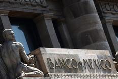 Una escultura en el frontis del Banco de México en Ciudad de  México, ago 27, 2014. El banco central de México mantendría sin cambio la tasa clave de interés en su aviso monetario del próximo jueves, aunque la elevaría en 25 puntos base en alguno de los dos anuncios que tiene previsto hacer durante el cuarto trimestre, mostró un sondeo de Reuters entre analistas.   REUTERS/Edgard Garrido