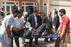 Люди выносят раненного с места взрыва в больницы в Кветте, Пакистан 8 августа 2016 года. По меньшей мере 70 человек погибли и более 100 получили ранения в результате взрыва, устроенного экстремистом-смертником, в больнице в Кветте на юго-западе Пакистана, сообщили чиновники. REUTERS/Naseer Ahmed