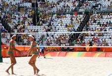 Arena de vôlei de praia com muitas cadeiras vazias em Copacabana. 06/08/2016 REUTERS/Ruben Sprich