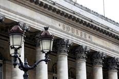 Les Bourses européennes poursuivent leur progression à mi-séance mardi, soutenues par les valeurs financières et par des résultats de société solides qui compensent la baisse des minières sur fond de repli des cours des métaux. À Paris, le CAC 40 gagne 0,43% à 4.434,39 points vers 10h20 GMT. À Francfort, le Dax avance de 0,54% et à Londres, le FTSE prend 0,34%. L'indice paneuropéen FTSEurofirst 300 progresse de 0,24% et l'EuroStoxx 50 de la zone euro de 0,44%. /Photo d'archives/REUTERS/Charles Platiau