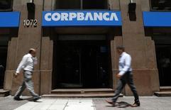 Unas personas pasando frente a una sucursal del banco CorpBanca en Santiago, ene 29, 2014. La unidad en Colombia del banco Corpbanca realizará el miércoles una emisión de bonos ordinarios por hasta 500.000 millones de pesos (167 millones de dólares), con destino a financiar su capital de trabajo, informó el martes la entidad.  REUTERS/Ivan Alvarado