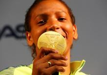 Rafaela Silva exibe medalha de ouro conquistada na Rio 2016. 09/08/2016 REUTERS/Nacho Doce