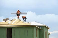 Trabajadores en la construcción de una vivienda en Haines City, EEUU, jun 29, 2016. La productividad no agrícola de Estados Unidos cayó inesperadamente en el segundo trimestre, lo que apunta a una debilidad sostenida que podría generar preocupaciones sobre las utilidades corporativas y la capacidad de las empresas de mantener el ritmo robusto de contrataciones del último tiempo.  REUTERS/Phelan Ebenhack