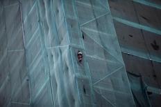 Un trabajador en las obras de construcción de un edificio en Santiago, jun 10, 2015. Los créditos para viviendas en Chile crecieron en el último año a junio a su menor ritmo desde el 2012, en medio de condiciones más restrictivas de los bancos por un bajo desempeño de la economía local, dijo el martes el gremio de las entidades financieras.   REUTERS/Ricardo Moraes