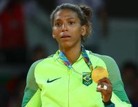 Rafaela Silva no pódio da Rio 2016. 08/08/2016 REUTERS/Kai Pfaffenbach
