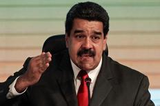 Николас Мадуро на встрече горнорудных компаний в Каракасе. Венесуэла во вторник сообщила, что пытается убедить другие государства провести встречу нефтепроизводителей и договориться о способах поддержки цен на нефть, которая является крупнейшим источником прибыли для латиноамериканской страны.   REUTERS/Marco Bello