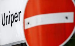 Знак запрета въезда у штаб-квартиры Uniper SE в Дюссельдорфе. Крупнейшая энергетическая компания Германии E.ON получила дополнительные убытки в подразделении по управлению АЭС Uniper, которое компания планирует продать в сентябре, в результате чего чистый убыток составил 3,03 миллиарда евро ($3,34 миллиарда) за первое полугодие. REUTERS/Wolfgang Rattay