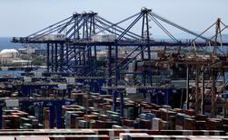 Le groupe chinois Cosco Shipping, propriétaire de la quatrième flotte mondiale de conteneurs, a pris officiellement une participation de 51% dans le premier port grec mercredi. /Photo prise le 6 juin 2016/REUTERS/Alkis Konstantinidis