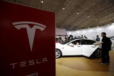 """Visitantes de la feria del automóvil Auto China 2016 en Pekín, el 25 de abril de 2016. Tesla dijo el miércoles que uno de sus coches había tenido un accidente en Beijing mientras circulaba en """"piloto automático"""" y que el conductor sostuvo que el personal comercial de la empresa een China vendió esta función como """"conducción autónoma"""", exagerando su capacidad real. REUTERS/Jason Lee"""