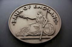 """El crecimiento se desaceleró en Reino Unido en el sector de servicios y el gasto de los consumidores bajó el mes pasado, según un sondeo del Banco de Inglaterra que, no obstante, ofreció un panorama menos uniforme de la economía que algunos indicadores más pesimistas desde la votación del """"Brexit"""". En la imagen, un letrero fuera de la sede del Banco de Inglaterra en Londres, el 4 de agosto de 2016.   REUTERS/Neil Hall/File Photo"""