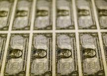 Billetes de 1 dólar en la Casa de la Moneda de Estados Unidos en Washington, nov 14, 2014. El dólar bajó el miércoles, ya que los inversores esperaban el discurso que ofrecerá este mes la presidenta de la Reserva Federal, Janet Yellen, ante la ausencia de nuevos reportes económicos destacados que puedan dar señales sobre la fortaleza de la economía.  REUTERS/Gary Cameron/File Photo