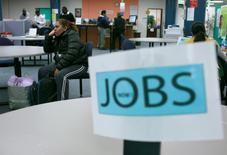 Les inscriptions hebdomadaires au chômage ont diminué la semaine dernière aux Etats-Unis, ce qui confirme la vigueur du marché du travail et laisse espérer une amélioration de la croissance. Il y a eu 1.000 inscriptions de moins sur la semaine au 8 août, à 266.000 contre 267.000 (révisé) la semaine précédente. /Photo d'archives/REUTERS/Robert Galbraith
