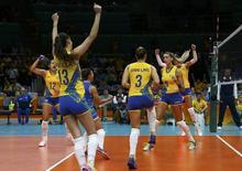 Seleção brasileira feminina de vôlei celebrando vitória sobre Japão na Rio 2016.    10/08/2016       REUTERS/Marcelo del Pozo