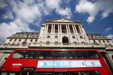 Le vote des Britanniques en faveur d'une sortie de leur pays de l'Union européenne a déjà entraîné la Grande-Bretagne dans une légère récession, pensent les économistes interrogés par Reuters, dont la plupart s'attendent à voir la Banque d'Angleterre (photo) réduire à nouveau ses taux en novembre. Les économistes anticipent une contraction du PIB lors du trimestre en cours et du suivant, à chaque fois de 0,1%. /Photo prise le 4 août 2016/REUTERS/Neil Hall