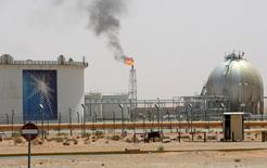 La raffinerie de Khurais à 160 km de Riyad. L'Arabie saoudite, premier exportateur mondial de pétrole, surveille étroitement l'évolution du marché et oeuvrera avec d'autres producteurs, membres ou non de l'Opep, pour contribuer à le rééquilibrer si nécessaire. /Photo d'archivesREUTERS/Ali Jarekji
