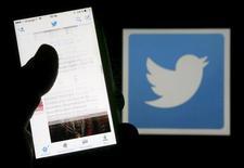 Twitter a démenti jeudi une rumeur qui a couru sur les réseaux sociaux au sujet d'une fermeture du site de micro-blogging en 2017. /Photo d'archives/REUTERS/Regis Duvignau/Illustration