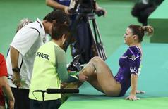 Ginasta Jade Barbosa recebe tratamento depois de machucar o tornozelo durante apresentação no solo na Rio 2016 11/08/2016 REUTERS/Kai Pfaffenbach