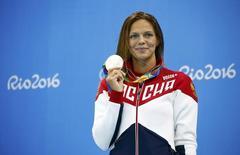Юлия Ефимова с серебряной медалью, выигранной на дистанции 200 метров брассом на Олимпиаде в Рио-де-Жанейро. 11 августа 2016 года. Российские спортсмены завоевали одну серебряную и три бронзовых медали в шестой день Олимпийских игр в Рио-де-Жанейро. REUTERS/David Gray