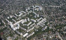 El crecimiento económico en la zona euro se desaceleró en el segundo trimestre, después de un sólido dato en los tres primeros meses del año, según mostraron el viernes estimaciones de la agencia de estadísticas de la Unión Europea. En la imagen, casas del distrito Rudow en Berlín, el 29 de mayo de 2016. REUTERS/Hannibal Hanschke