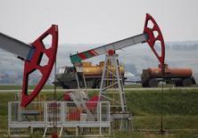 Насосы-качалки на нефтяном месторождении Бузовязовское рядом с Уфой. Цены на нефть выросли в пятницу благодаря ослаблению доллара США, которое удерживает цены вблизи пиков предыдущего дня.  REUTERS/Sergei Karpukhin/File Photo