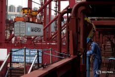 Imagen de archivo de un contenedor siendo descaregado del barco Emma Maersk en el puerto de Hong Kong, sep 7, 2012. Un mayor recorte de costos de A.P. Moller-Maersk tranquilizó a los inversores el viernes, después de que el gigante danés de transporte marítimo y petróleo reportó un fuerte declive en su ganancia trimestral y su nuevo presidente ejecutivo confirmó que las ganancias bajarán este año.  REUTERS/Bobby Yip/Files