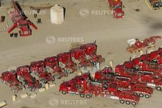 Camiones y equipos de producción de crudo, en una planta de Halliburton en Williston, Dakota del Norte, April 30, 2016. Los precios al productor en Estados Unidos cayeron inesperadamente en julio por el declive de los costos de los servicios y de la energía, lo que apunta a un ambiente de inflación contenida que podría hacer difícil que la Reserva Federal suba las tasas de interés. REUTERS/Andrew Cullen