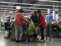 Unas personas realizando compras en un supermercado en Buenos Aires, ago 1, 2014. Los precios minoristas de Argentina subieron un 2,0 por ciento en julio, dato se ubicó por debajo de lo esperado por analistas, dijo el viernes el Instituto Nacional de Estadística y Censos (Indec).   REUTERS/Enrique Marcarian